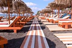 El salón blanco anaranjado de la caza de la playa tropical del océano cubrió con paja los paraguas fotografía de archivo