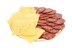 El salami y el queso del corte en una placa. Fotografía de archivo libre de regalías
