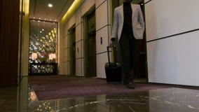 El salir atractivo del hombre joven de la elevación del hotel almacen de video