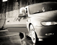 El salir bonito joven de la mujer del coche deportivo Imagenes de archivo
