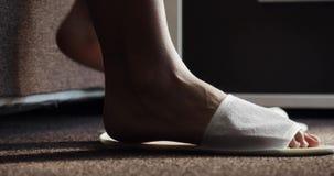 El salir de la mujer de la cama por la mañana, pies femeninos que caminan en primer del dormitorio Mujer que camina delicado en l almacen de video