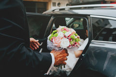 El salir de la novia del coche Fotos de archivo libres de regalías
