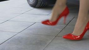 El salir de la señora del negocio del coche y con confianza el irse, pies de primer metrajes