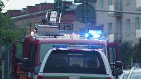El salir de los bomberos del coche de bomberos Fotos de archivo libres de regalías