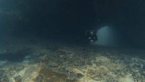 El salir del buceador de un túnel del mar almacen de video