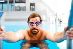 El salir del hombre de la piscina interior Foto de archivo