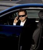 El salir del hombre de negocios de un coche Imagen de archivo