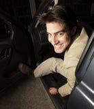 El salir del hombre de su coche fotografía de archivo