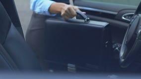 El salir del jefe de la señora del automóvil, tomar el bolso y el caminar al centro de negocios almacen de metraje de vídeo