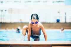 El salir del niño de la piscina fotos de archivo