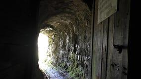 El salir fuera de mina vieja a través de la puerta almacen de metraje de vídeo