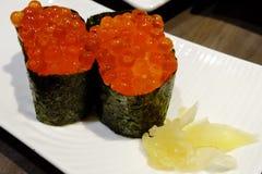 El salmón eggs el sushi Fotos de archivo