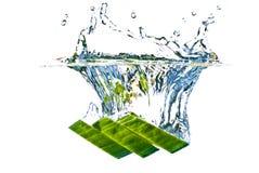 El salpicar abstracto del pepino verde en el agua Foto de archivo libre de regalías