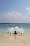 El salpicar de salto del hombre en el agua Imagen de archivo libre de regalías