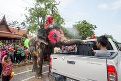 El salpicar del agua o festival de Songkran en Tailandia Foto de archivo
