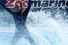 El salpicar en el agua - USO EDITORIAL Foto de archivo libre de regalías
