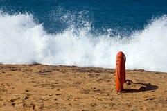 El salpicar en la playa Imagen de archivo