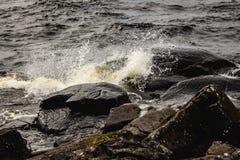 El salpicar en las rocas Foto de archivo libre de regalías