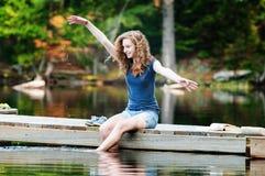 El salpicar en un lago Foto de archivo libre de regalías