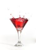 El salpicar rojo del coctel de martini imagenes de archivo