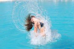 El saltar de la piscina Fotos de archivo