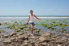 El saltar de roca a la roca Foto de archivo