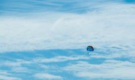El saltar en caída libre, paracaídas en el cielo, distancia, cielo nublado, Hawaii, isla de Oahu imagen de archivo