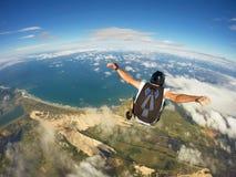 El saltar en caída libre que sorprende en la playa del Brasil Imagen de archivo