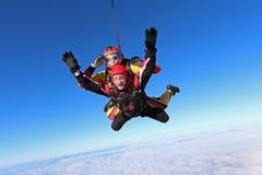 El saltar en caída libre en tándem Dos hombres están en el cielo imágenes de archivo libres de regalías