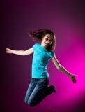 El salto de la chica joven Imágenes de archivo libres de regalías