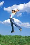 El salto de la chica joven Foto de archivo