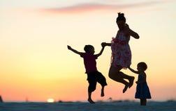 El salto de la familia Imagenes de archivo