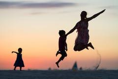 El salto de la familia Fotos de archivo