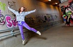 El salto de la muchacha Fotografía de archivo