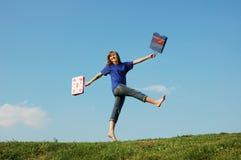 El salto de la muchacha Foto de archivo libre de regalías