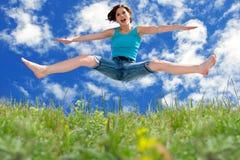 El salto de la muchacha Imágenes de archivo libres de regalías