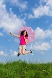 El salto de la muchacha al aire libre Fotografía de archivo libre de regalías