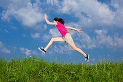 El salto de la muchacha al aire libre Foto de archivo libre de regalías