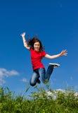 El salto de la muchacha al aire libre Imagen de archivo libre de regalías