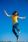 El salto de la muchacha al aire libre Fotos de archivo
