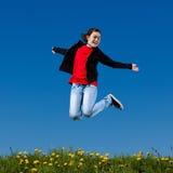 El salto de la muchacha al aire libre Foto de archivo