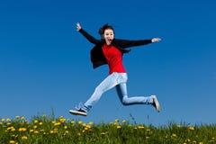 El salto de la muchacha al aire libre Imagenes de archivo