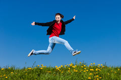 El salto de la muchacha al aire libre Imagen de archivo