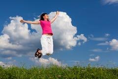 El salto de la mujer al aire libre Foto de archivo
