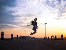 El salto de la mujer, sintiendo libremente fotografía de archivo libre de regalías