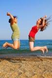 El salto de las muchachas Fotografía de archivo libre de regalías