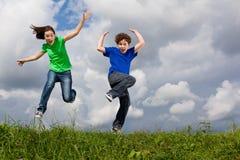 El salto de los cabritos al aire libre Fotografía de archivo libre de regalías