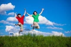 El salto de los cabritos al aire libre Fotos de archivo