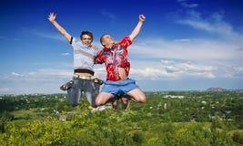 El salto de los muchachos Imagen de archivo libre de regalías