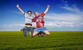 El salto de los muchachos Fotos de archivo libres de regalías